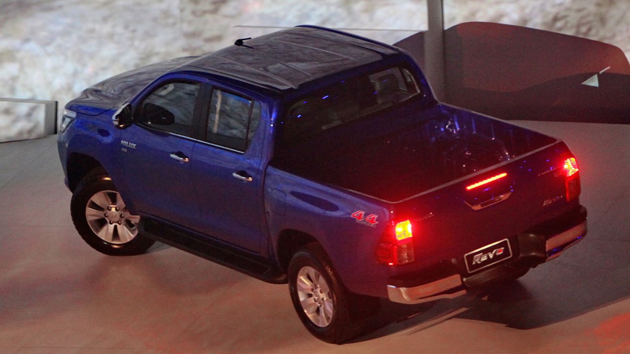 2016_Toyota_Hilux_gallery_Thailand_-004