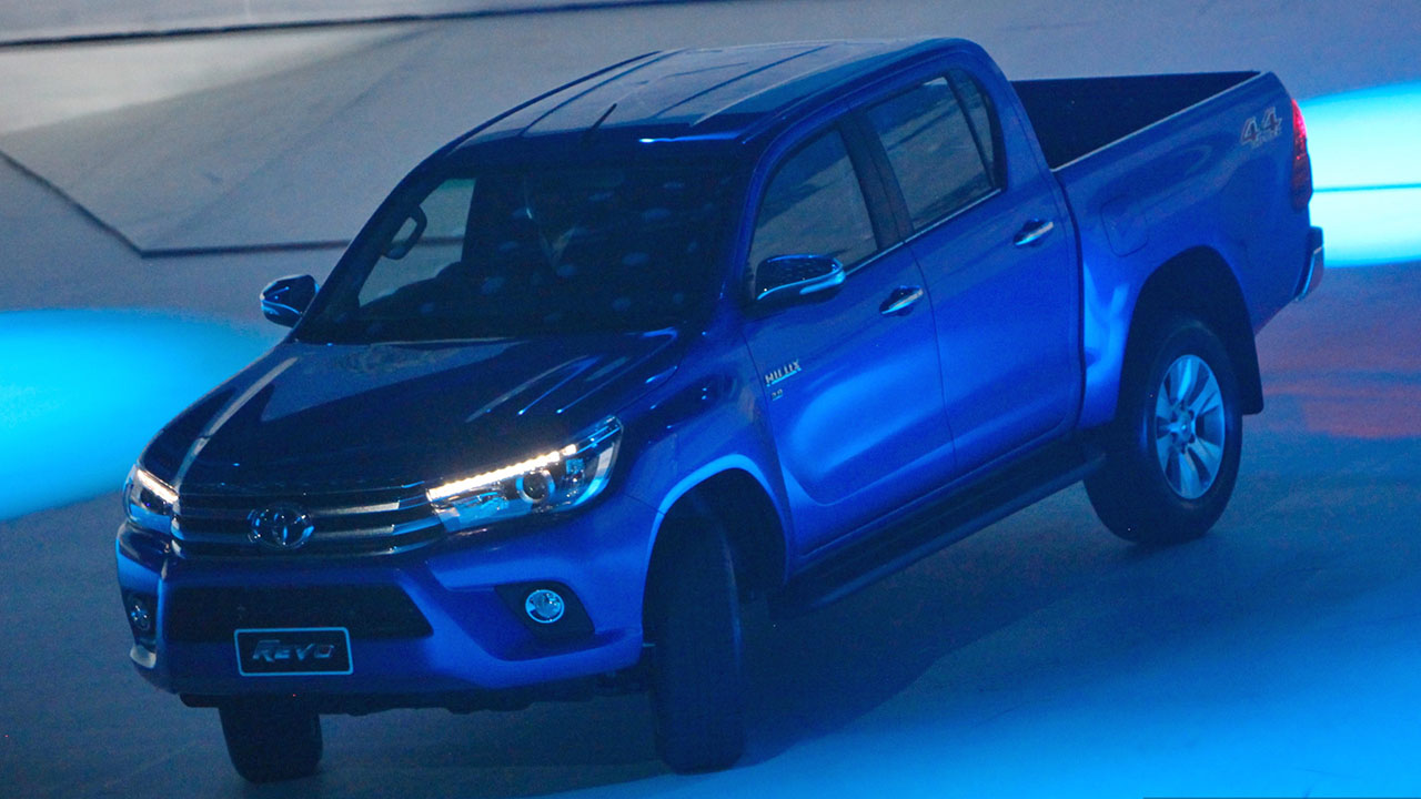 2016_Toyota_Hilux_gallery_Thailand_-006